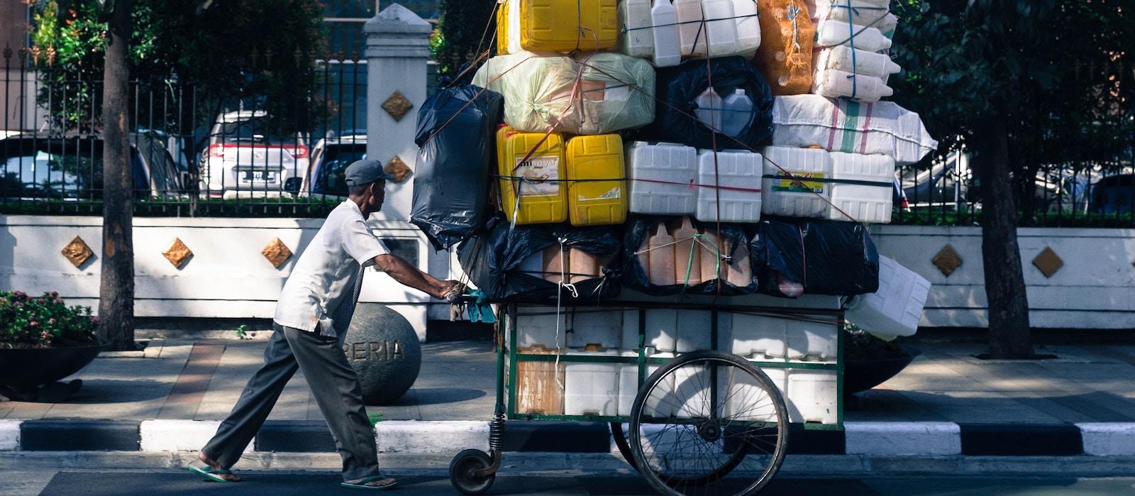 Street vendor, Jakarta (Photo: Sander Wehkamp/ Unsplash)
